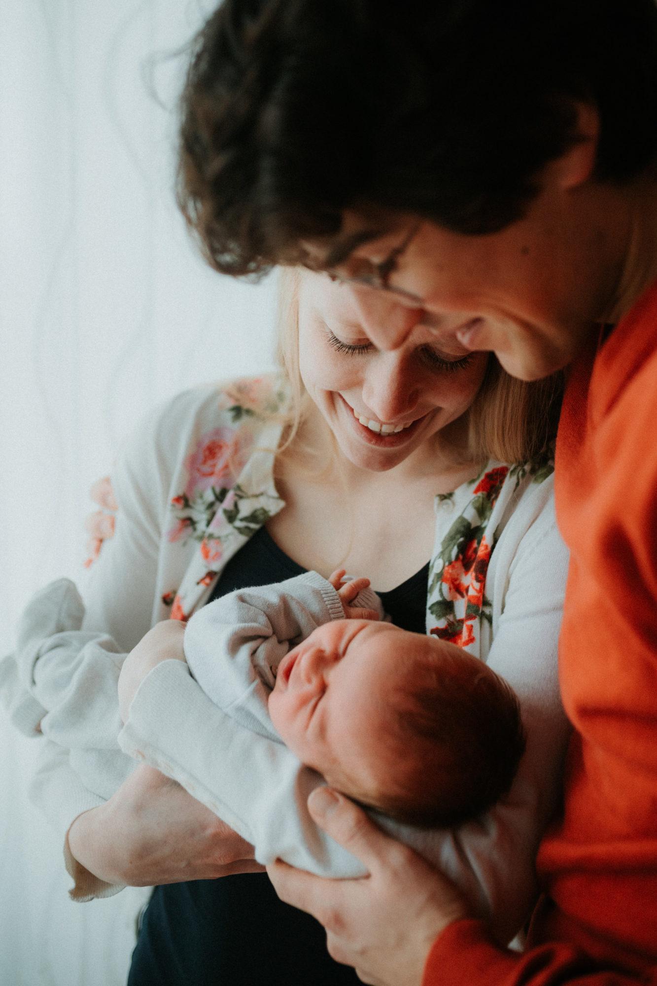 photographe nouveau ne geneve - photographe famille - photographe lifestyle french riviera - photos famille naturelle - portrait famille - elleseteux photographie