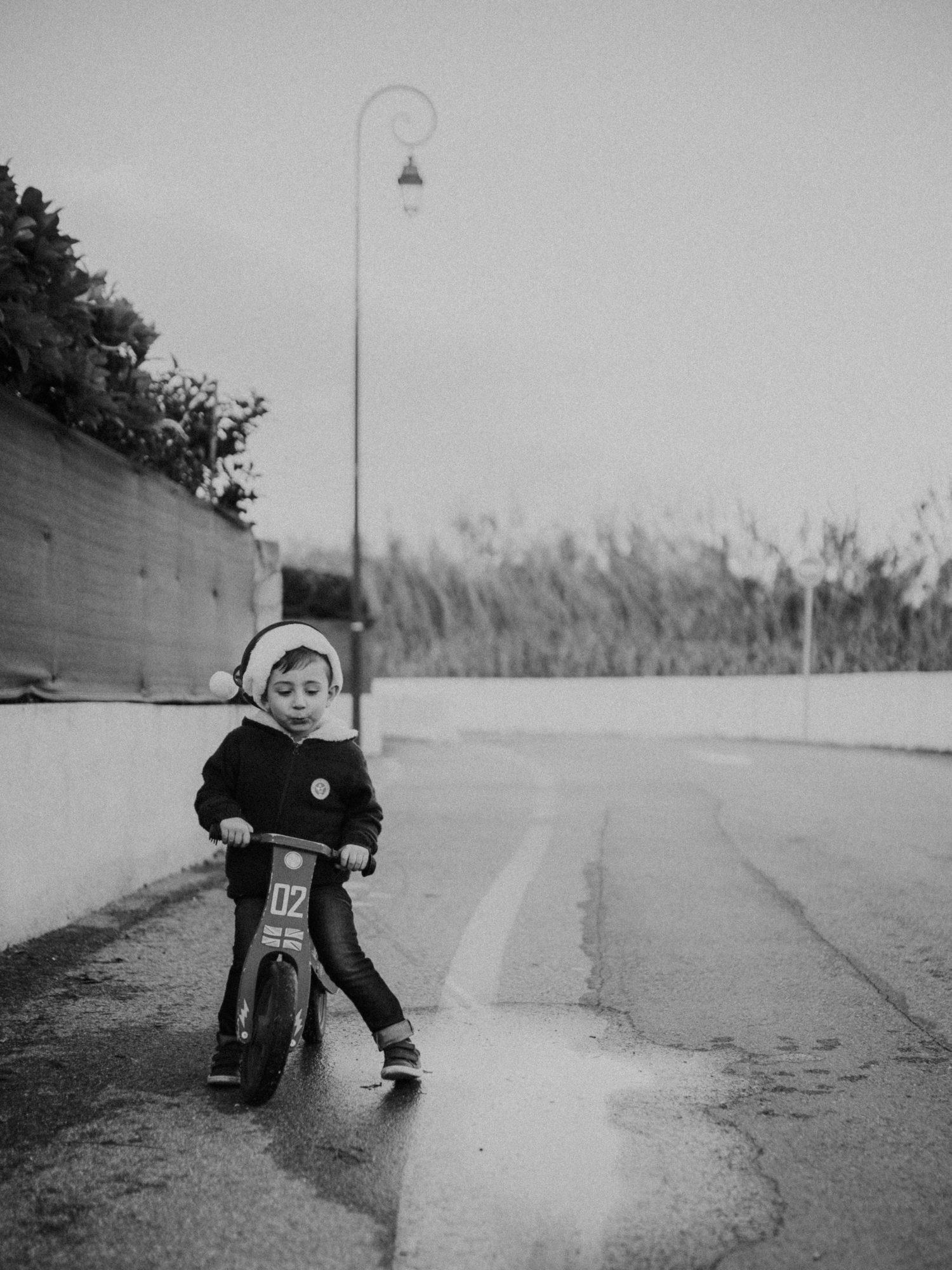 sur le chemin de l 'école - auribeau sur siagne - caroline liabot photographe - photographe lifestyle famille grasse - portrait d'enfant - reportage photo du quotidien